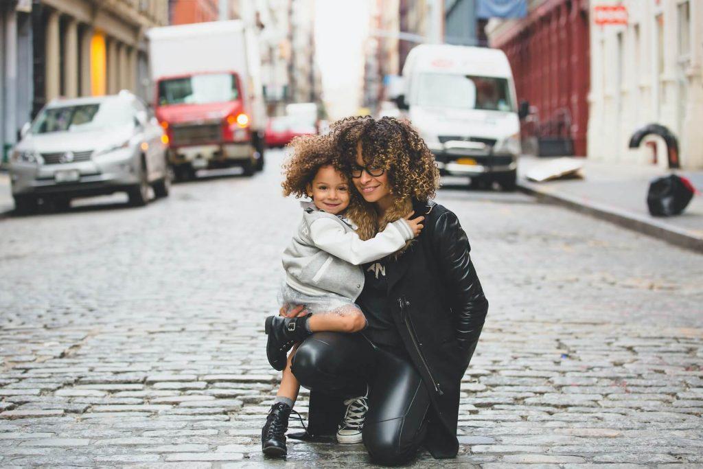 Kako država pomaga staršem, ki težko usklajujejo skrb za otroka in zaposlitev?